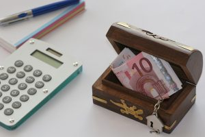 Kalkulator i skrzynka z pieniędzmi