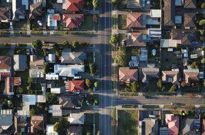 Ulica z osiedlem domów widziana z lotu ptaka