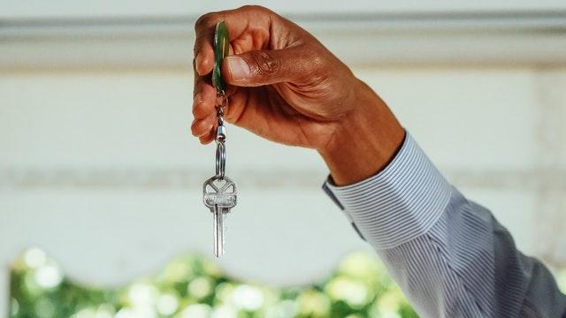 męzczyna trzymający w dłoniach klucze